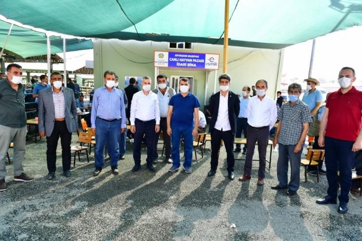 Başkan Çınar, canlı hayvan pazarını ziyaret ederek yetiştiricilerin taleplerini dinledi