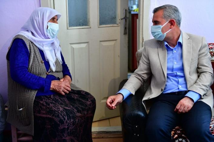 Başkan Çınar, yaşlı kadının hayır duasını aldı