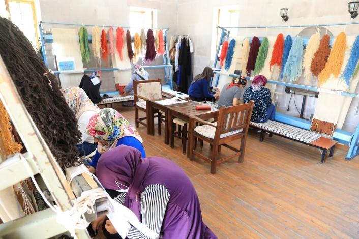 Battalgazili kadınlar Malatya motifli halılar dokuyor