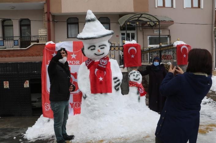 Bayraklarla donatılan kardan adam, ilgi odağı oldu