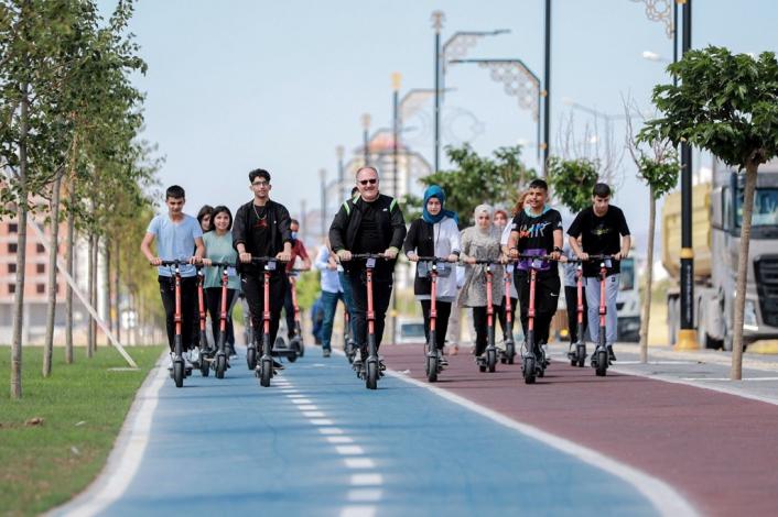 Belediye Başkanı Bilgin, scooter´a binerek gençlerle yarıştı