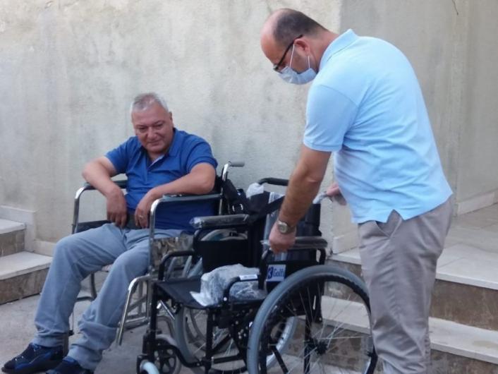 Belediyeden tekerlekli sandalye dağıtımı