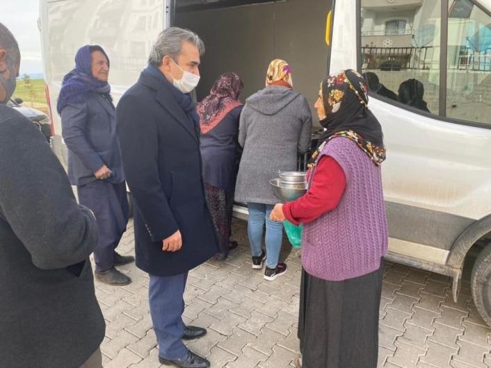 Besni Belediyesi ihtiyaç sahiplerine yemek dağıtıyor