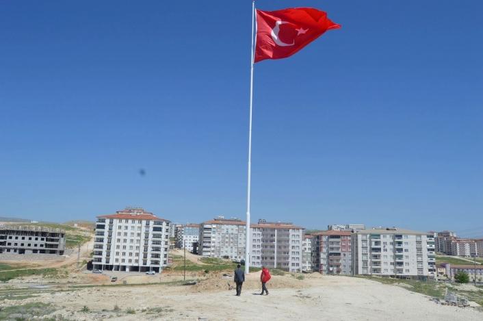 Besni´de dev Türk Bayrağı göndere çekildi