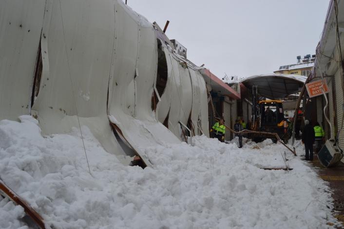 Besni´de yoğun kar yağışı çatıları çökertti