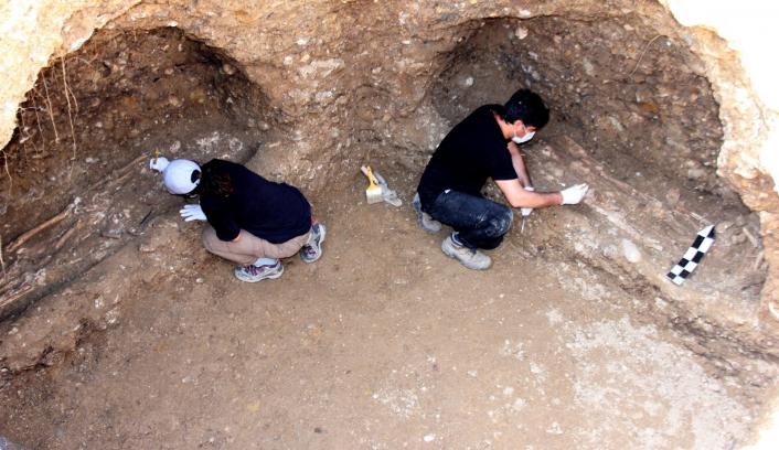 Bin 500 Yıllık mezar odası iş makinesinin tekerinin batmasıyla bulundu