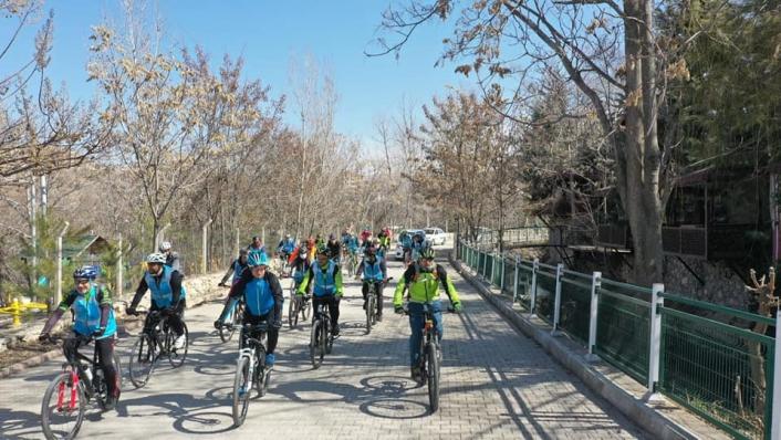 Bisiklet tutkunları Yeşilyurt´ta pedal çevirdi