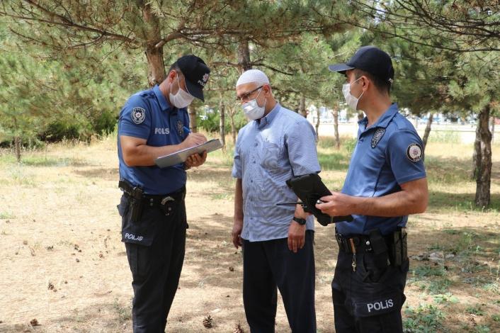 Cami bahçesinde bulduğu iki yarım altını polise teslim etti