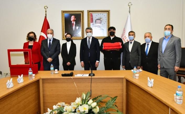 Çanakkale´ye gidecek Türk Bayrağı teslim alındı