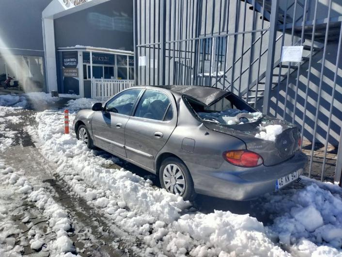 Çatıdaki kar kütlesi otomobili hurdaya çevirdi