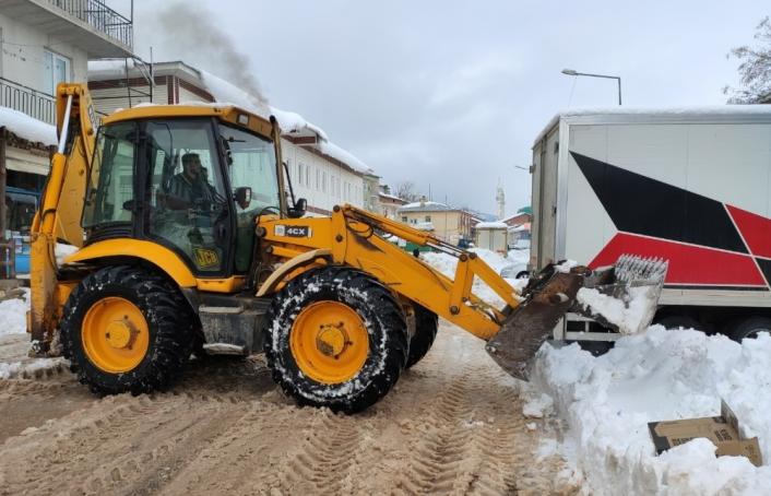 Çelikhan ilçesine kar temizleme çalışmaları devam ediyor