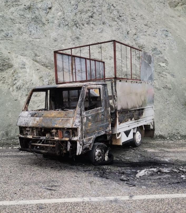 Çıkan yangında kamyonet küle döndü