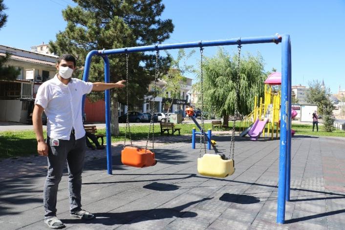 Çıplak halde oyun parkında gezen adam mahalleliyi isyan ettirdi