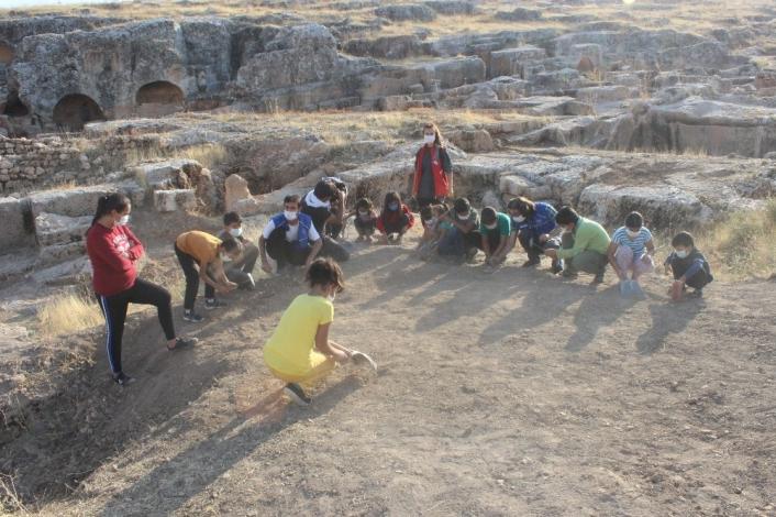 Çocuklar, tarihi alanda kazı yapıp uçurtma uçurdular