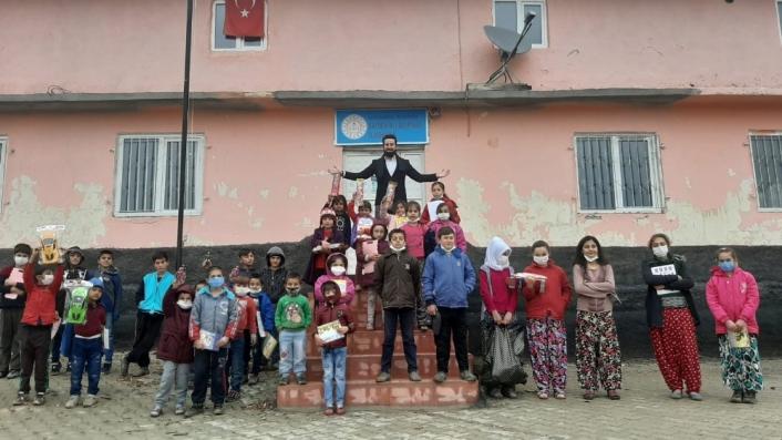 Çocuklara kırtasiye, giysi ve forma hediye ettiler