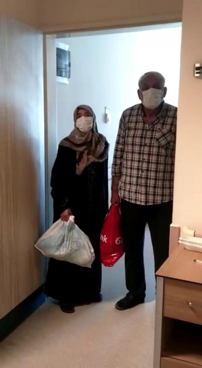Covid-19´u yenen yaşlı çift, sağlık çalışanlarına böyle teşekkür etti