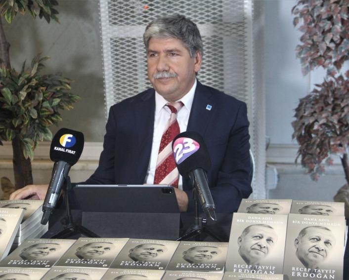 Cumhurbaşkanı Erdoğan´ın kaleme aldığı kitaptan 2 bin 23 adet alıp vatandaşlara dağıttı