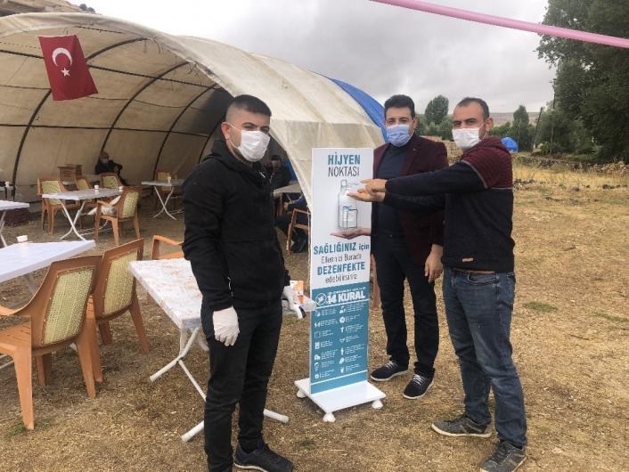Damattan davetlilere maske ve dezenfektan ikramı