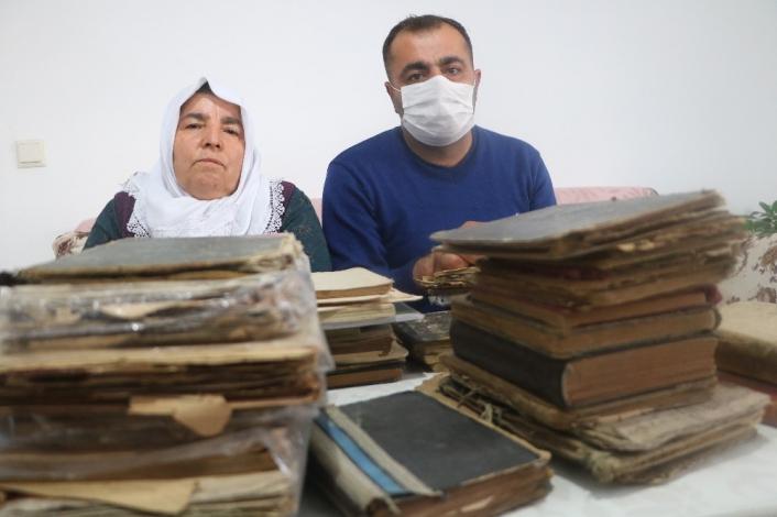 Dedelerinden miras kalan kitaplara gözleri gibi bakıyorlar