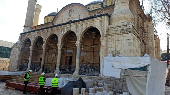 Depremde hasar gören caminin restorasyonu sürüyor