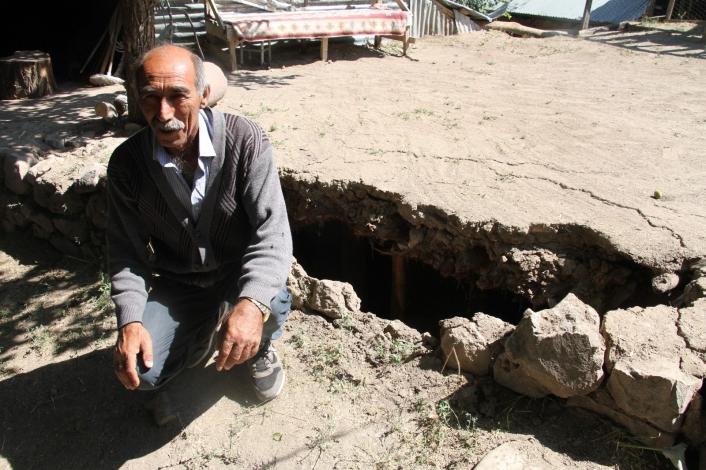 Depremde ölümden döndü, çocuklarını kurtardı, kendini ahırda buldu