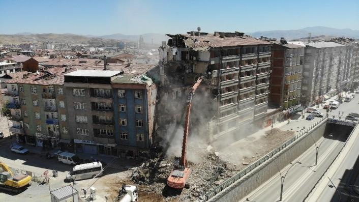 Depremin vurduğu Elazığ´da yıkımlar hızlandırıldı, 16 noktada çalışma başladı