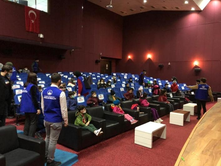 Depremzede çocuklar sinema keyfi yaşadı