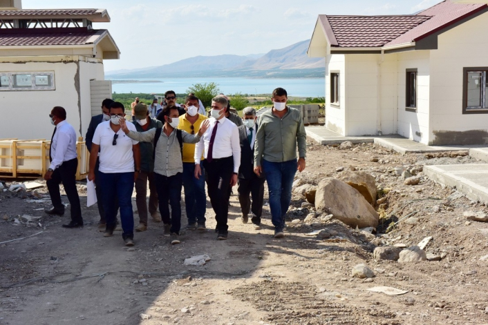 Depremzedeler için yapılan köy konutlarının inşaatı tamamlandı