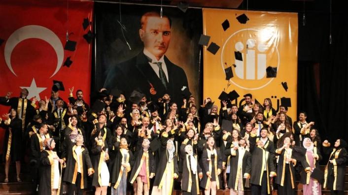 Diş hekimi öğrencilerinin mezuniyet sevinci