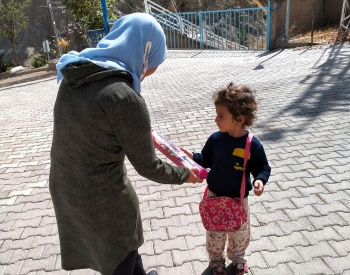 Doku nakli olan Leyla köy köy gezip çocuklara oyuncak dağıtıyor
