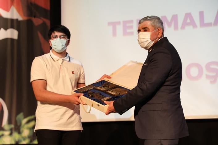 Dünya birincisi olan öğrenciye okulundan ödül
