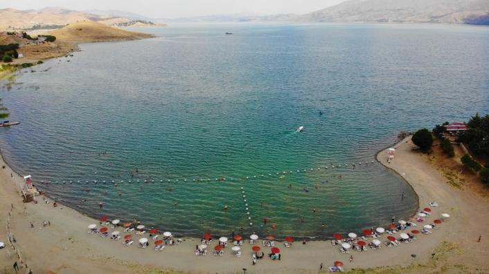 Ege ve Akdeniz sahillerini aratmayan Hazar Gölü, bayram tatilini fırsat bilenlerin akınına uğradı