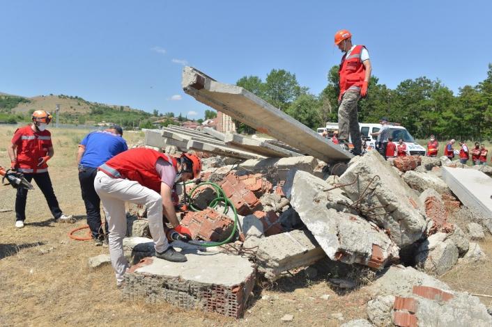 Eğitimcilerden gerçeği aratmayan deprem tatbikatı