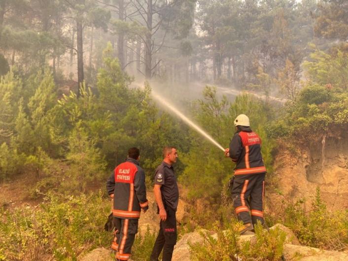 Elazığ Belediyesi itfaiye ekipleri, Manavgat´ta yangına müdahale çalışmalarını sürdürüyor