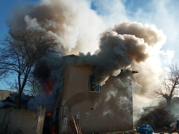 Elazığ´da 2 katlı ev yangında, kullanılamaz hale geldi