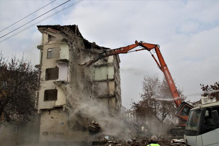 Elazığ´da 5.3´lük depremde ikinci kez hasar alan binanın kontrollü yıkımı başladı