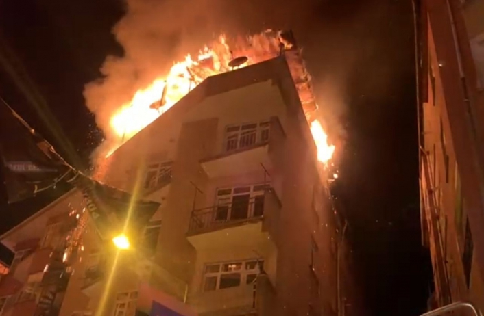 Elazığ´da 5 katlı binanın çatısı alevlere teslim oldu