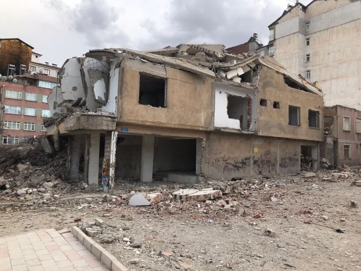 Elazığ´da ağır hasarlı 8 katlı bina korna sesi ile yıkıldı