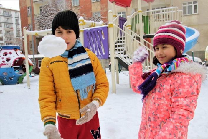 Elazığ´da çocukların kar sevinci