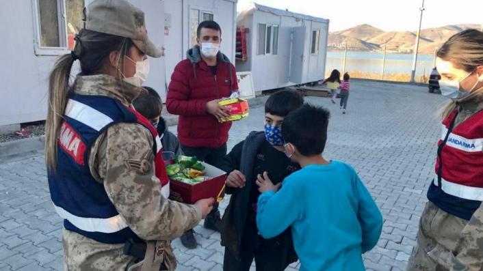 Elazığ´da depremzede çocuklara jandarmadan moral ziyareti