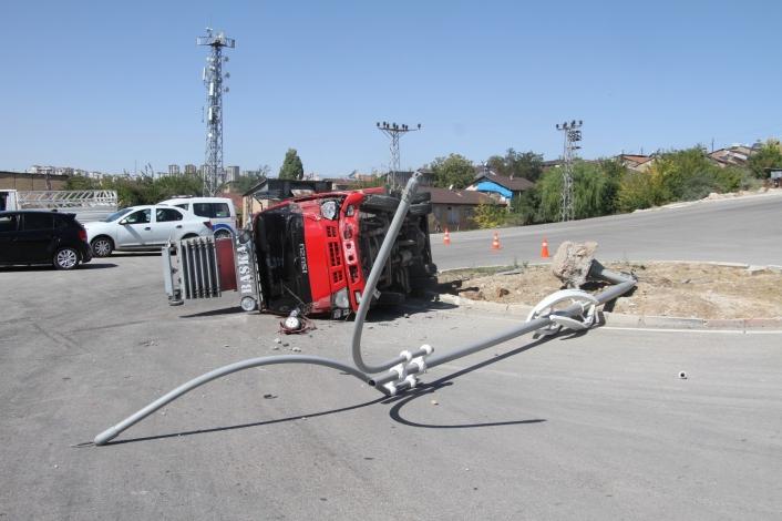 Elazığ´da direğe çarpan kamyon yan yattı: 1 yaralı