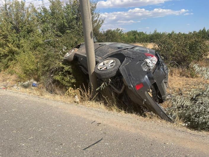 Elazığ´da direğe çarpan otomobil hurdaya döndü: 2 ağır yaralı