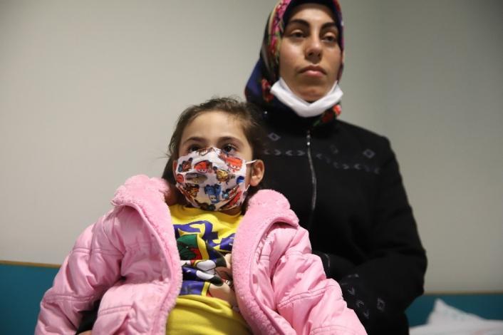 Elazığ´da enkazdan 28 saat sonra kurtulan anne Ayşe ve Yüsra Bebek, depremin izleriyle yaşıyor