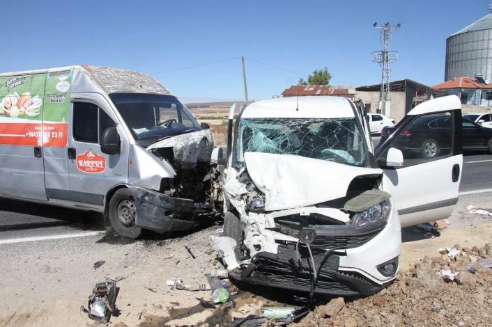 Elazığ´da hafif ticari araç ile minibüs kafa kafaya çarpıştı: 4 yaralı