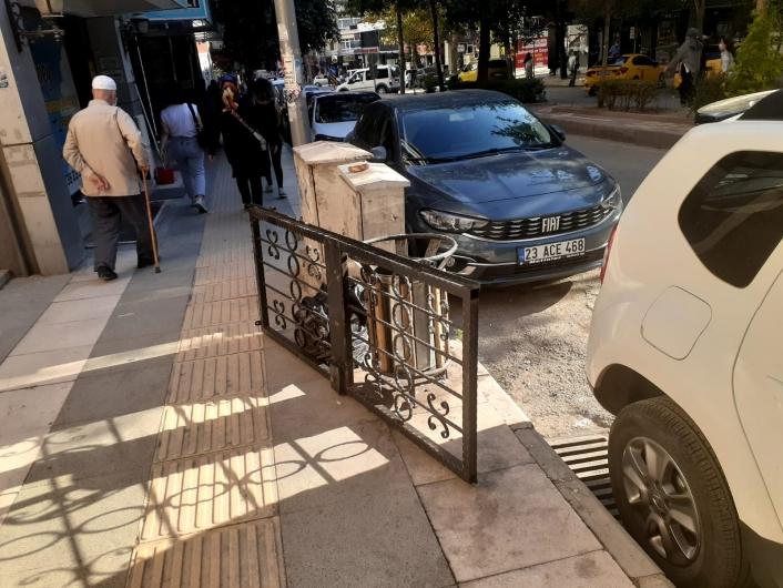 Elazığ´da hırsızlar fena faka bastı: Çaldıkları kapıyı, polisi görünce bırakıp kaçmaya çalıştılar
