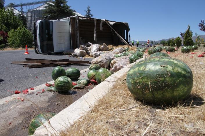 Elazığ´da kamyon devrildi karpuzlar yola saçıldı, ekipler ve vatandaşlar yardıma koştu