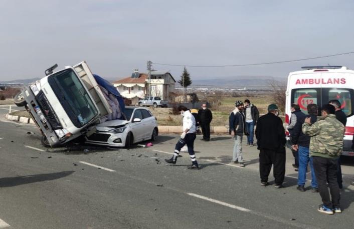 Elazığ´da kamyonet, otomobilin üzerine devrildi:2 yaralı