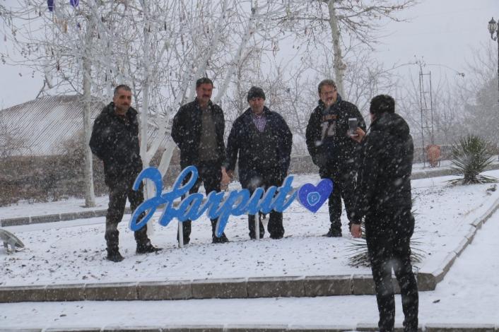 Elazığ´da kar yağışı başladı, tarihi mahalle beyaza büründü