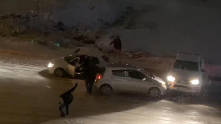 Elazığ´da kar yağışı etkili oldu, rampada kayan araçlar birbirine böyle çarptı
