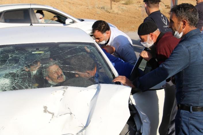 Elazığ´da kazada araçta sıkışan 4 yaralı için ekipler seferber oldu